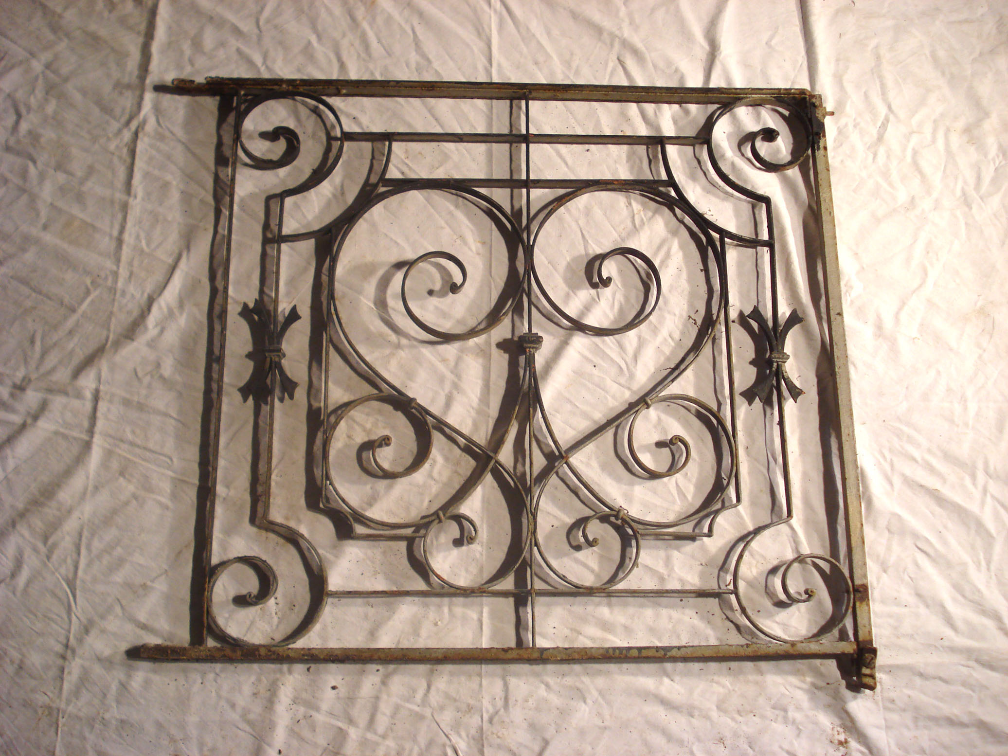 Balustrades de balcon anciennes fer forg for Modele de grillage pour fenetre