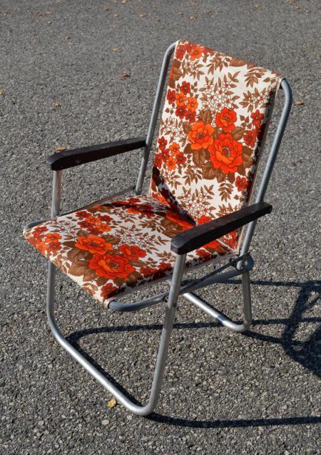 Mobilier De Camping Pliable Vintage Ci Dessus Des Chaises Avec Motifs Fleuris Sur Toile Le Plus Souvent Rembourre A Gauche Une Pice Annes 60