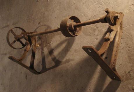 Trendy affordable il suagit duun ancien axe de avec des roues en fonte luaxe est un fer rond de - Roulette ancienne pour meuble ...