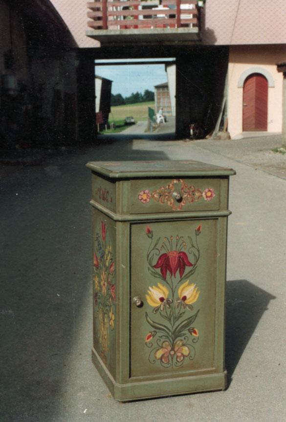 Les invendables de la brocante traditionelle for Peinture sur meuble ancien