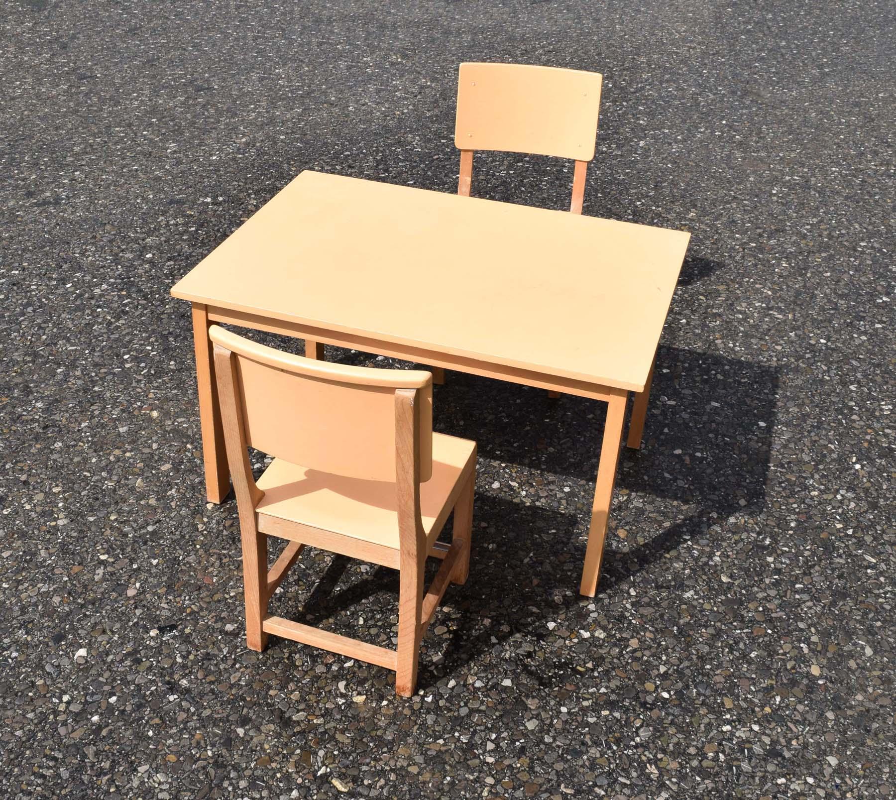 mobilier vintage pour enfants: chaises tables coffres à jouets